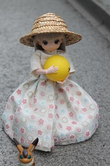 Playing on the balcony. ` ^o^ ´ (Ninotpetrificat) Tags: muñeca mamachapp mamachapptoy obitsu japantoys japandoll doll asiandoll ball playing puppe cute kawaii sombrero toys handmade dollclothes