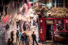 The Temple Bar. Dublin. Life is Moving. (guigonliz) Tags: thetemplebar the temple bar dublin dublín ダブリン dulyn ireland irlanda irland アイルランド irlande baileáthacliath éireann eire éire repúblicadeirlanda republicofireland pub taberna パブ ciudad city città ville シティ stadt ciutat chathair europa europe european ヨーロッパ people gent gente 人 menschen daoine gens persone life vida vita la vie saol 生活 guiness nikon nikond5200 ニコン postal center centro centre