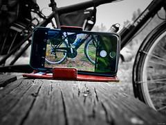 Realidad virtual (Luicabe) Tags: airelibre aparato banco bicicleta cabello enazamorado exterior fotografía luicabe luis macrofotografía madera mesa naturaleza paisaje pantalla teléfono vehículo yarat1 iphone