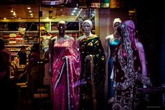 maniquí (paris_sousa) Tags: maniquí manikin street vidriera window india asia vanarasi benarés sari