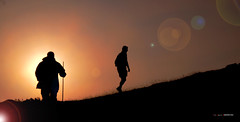 Destellos en Gorbea (Jabi Artaraz) Tags: jabiartaraz jonagirre jartaraz zb euskoflickr siluetas pastor artzaina montaña mendia contraluz resplandor luz argia bakea