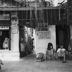 Láng giềng (Hanoi L i f e A r t) Tags: tuanducphamvn hanoi vietnam art hasselblad mediumformat 6x6 streetlife people asian portrait ilford delta100 80cf 501cm analogphoto filmcamera ngc