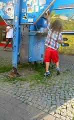La découverte des anciennes technologies (Robert Saucier) Tags: berlin téléphone trottoir sidewalk pavement enfant bleu blue rouge red snapshot img2302