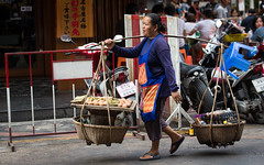 (seua_yai) Tags: asia southeastasia thailand thai bangkok silom sathorn narathiwat chongnonsi people thaipeople candid street bangkok2017