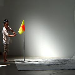 Toucher au but (_ Adèle _) Tags: paris palaisdetokyo exposition rêve formes femme photo poteau drapeau lumière pénombre contrastes