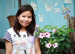 pretty lady next to flowers (the foreign photographer - ฝรั่งถ่) Tags: pretty lady flowers khlong thanon portraits bangkhen bangkok thailand canon kiss