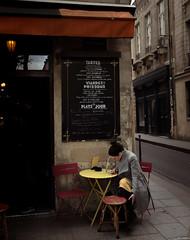 Atenta al movil. (F Arregui.) Tags: paris ciudad movil mujer cafe city dia rincon calle people gente