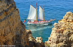 Sailboat by the cliffs of Ponta da Piedade, Lagos, Portugal (Valter Jacinto | Portugal) Tags: europe portugal algarve lagos pontadapiedade seascape waterscape coastline cliff boat sailboat caravela caravel geo:region=europe geo:country=portugal geo:city=lagos nikoncoolpixp900 p900