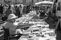 Puces_DSC0554 (hervv30140) Tags: puces marché foire brocante homme chapeau colonial livre noir blanc bw