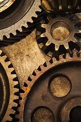 Crrraakkkkakakakakkkk (ramon_malakian) Tags: engranaje gear marrón brown oxide óxido mecanismo mechanism motor vuelta turn metal iron taller reloj clockwork funcionamiento funcional encajar fit insert