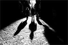 na_072 (la_imagen) Tags: centrostorico naples napoli neapel italy italia italien italya işik gölge shadow light licht schatten sw bw blackandwhite siyahbeyaz monochrome street streetandsituation sokak streetlife streetphotography strasenfotografieistkeinverbrechen menschen people insan