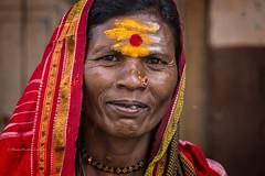MAHAAKUTA : UN SOLEIL AU FRONT (pierre.arnoldi) Tags: inde india karnataka canon tamron badami mahaakuta photographequébécois portraitdefemme portraitsderue photoderue photocouleur photodevoyage pierrearnoldi