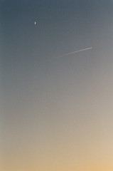 06990037 (_._13) Tags: 필름사진 필름 미놀타x700 film filmphotography filmphoto onfilm 35mmfilm analogue colorfilm filmisnotdead minoltax700 плёнка 35ммплёнка плёночнаяфотография месяц moon 저녁하늘 contrail plane
