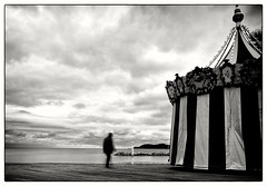 Fin de saison. (Hugedé Loïc) Tags: sky merméditerranée sea cloud alone man carousel sand black white france azur