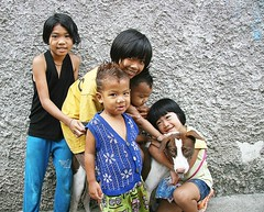 children and their dog (the foreign photographer - ฝรั่งถ่) Tags: five children dog khlong thanon portraits bangkhen bangkok thailand canon kiss