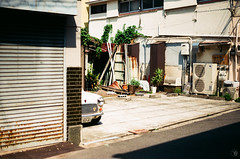 (yasu19_67) Tags: alley sunnyday atmosphere photooftheday film filmism filmphotography analogphotography minoltaα7 minoltaaf50mmf17 50mm shadow osaka japan car