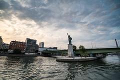 París - New York (Juan Ig. Llana) Tags: paris îledefrance francia estatuadelalibertad torreeiffel rio sena agua cielo nubes barco bateau irix15mm río