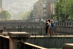 Amigas de paseo por los puentes del Genil (Micheo) Tags: granada spain paseo jovenes youngpeople ríogenil river baranda puente bridge walk amigas friends puentes elbarrancodelabogado