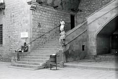 Biblioteca Nacional de Catalunya (Campesino Incoherente) Tags: barcelona blancoynegro blackwhite barcelonastreet barcelonaexperience bibliotecanacionaldecatalunya pretoebranco olympusom20 analogica fotografiacallejera fotografiaanalogica fotoreportaje
