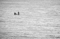 [ Portando papà a spasso - Walking daddy ] DSC_0011.R2.jinkoll (jinkoll) Tags: sea mare water waves silhouette bnw blackandwhite bw surf couple hair gray sitting profile pattern marine tropea calabria reflections paddle board standup people sit seated