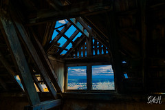 Cielo (micaelagallialcazar) Tags: nubes hospital abandonado maderas portico oscuridad sol paisaje azul verde roto rayo distancia vista dia celeste