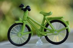La petite Reine - The little Queen (Gisou68Fr) Tags: macromondays queen vélo bicyclette bike bicycle petitereine littlequeen macro vert green bokeh jouet toy canoneos650d efs60mmf28macro reine wilhelminedorangenassau expression surnom