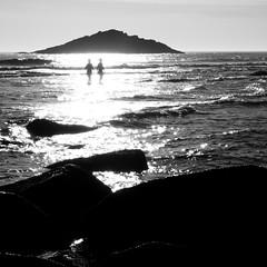 baignées de lumière (Melodie RGB) Tags: carré noiretblanc paysage océan jeudelumière contrejour bretagne quiberon silhouettes bw landscape light water sea beach flickrchallengegroup