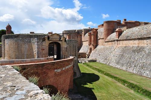 Les escarpes de la forteresse (XVe-XVIe), Salses, Corbières maritimes,   Roussillon, Occitanie, France.