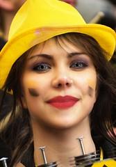 Chapeau jaune (Edgard.V) Tags: paris france parigi femme woman girl fille mulher garôta femina ragaza yeux eyes occhi olhos bleu blue azul azurro jaune yellow amarelo giallo carnaval carnavale carnival piercing sourire sonrisa sorriso smile chapeau hat chapeu capello lovely
