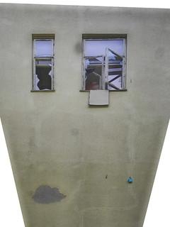 Exploration Lebensborn (Spring of Life): Detail of the building, Wall, two of all the broken and open windows. Teil des Gebäudes, Mauer, zwei all der offenen und zerbrochenen Fenster, drin zieht es wie im Vogelhäusel