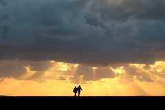heavy cloud (Wackelaugen) Tags: canon eos photo photography wackelaugen otterndorf nordsee northsea germanocean sunset rays silhouettes people couple deich cloud silhouette