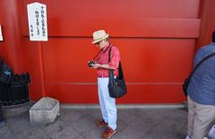 Cool fashion man, 浅草寺 (wilsonphoto_a) Tags: 浅草寺 fashion japanese japan photo photographer streetphotography red asakusa epz1650mmf3556oss selp1650