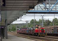 Finnish Railways Class Dv12 diesel-hydraulic No. 2754 hauls tractors through Jyväskylä Station on 6 July 2017 (Trains and trams eveywhere) Tags: vr finnishrailways dv12 dieselhydraulic locomotive train finland jyväskylä cargo goods freight tractor