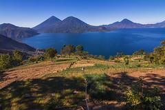 En Sololá labramos la tierra en medio de esta paz (hacer fotografía es toda mi vida) Tags: landscape guatemala lake atitlan lagodeatitlán sololá paraíso volcanes volcanesdeguatemala volcánatitlán volcántolimán cerrodeoro volcánsanpedro siembrasdecebolla agricultura