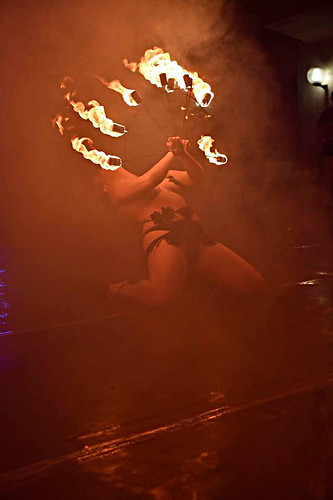 Sally van Tassel 🔥 #gotico #fuoco #rockabilly #estremo #circo #fire #rocknroll 🎸 #neoburlesque 🎥 #elettritv #ghotic 🎪 #redhair  #dangerouse #circus #burlesque 👙#musica #sottosuolo #music #italy #underground #tib