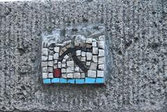 Anonyme (emilyD98) Tags: street art insolite paris rue mur wall pont st saint louis 75004 4 ème 4ème collage mosaique mosaic artiste anonyme urban exploration city ville installation