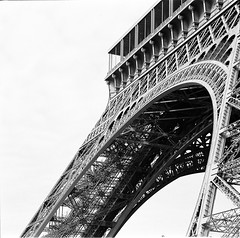 Eifel Tower (miroir.photographie) Tags: 2017 paris kodak mamiya mamiya6 trix400 argentique analogique analog selfdevelopped agfa r09 6x6 square architecture film filmisnotdead france 150mm