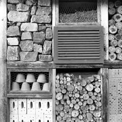 Red Box 12 SW (fsc9090) Tags: bw blackandwhite blackwhite bielefeld monochrome monochrom sw schwarzweis schwarzweiss 1x1 5x5 square 2017 juli july freitag friday sommer squares formen forms holz wood