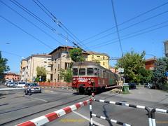 trenino Modena Sassuolo - incrocio linea filoviaria! (Alefilobus) Tags: modena treno train modenasassuolo ferrovia railway italy railroad binari rail emiliaromagna track platform line