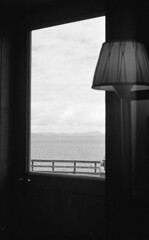 Applecross Inn for Lunch (Man with Red Eyes) Tags: kodak trix pyrocathd m2 leicam2 summilux50mm analog analogue blackwhite bnw monochrome silverhalide 35mm film filmtilidie filmisnotdead softie rapidwinder scotland applecross window view lamp lunch applecrossinn sunnysixteen