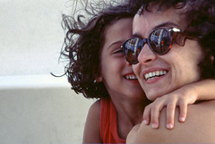Mutter und Tochter (Alberto Cameroni) Tags: diapositive analogico nikon kodak primefilm scan scanner madreefiglia sorrisi closeup geborgenheit amata lorenza