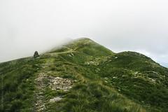 Cairn dans la brume (Adeline Morel Photographie) Tags: cairn alpes montagne herbes brume brouillard nuages mystérieux humide altitude