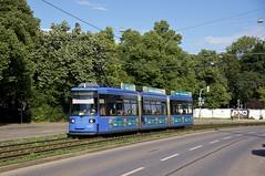 R2-Wagen 2142 kurz vor dem Romanplatz (Frederik Buchleitner) Tags: 2142 linie16 munich münchen r2wagen redesign strasenbahn streetcar tram trambahn