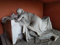 Kiss of Death (ashabot) Tags: milan milano cimiteromonumentale monumentcemetery statues cemetery cemeteries mementomori art