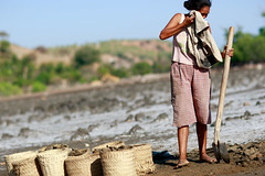 Salt making in Ulmera - 17-09-09-5 (undptimorleste) Tags: timorleste hard labor pans salt seaseaslat ulmera woman women work