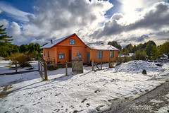 Un poco de nieve para alegrar el invierno - Puerto Varas (Patagonia Chile) (Noelegroj (8 Million views+!)) Tags: chile patagonia regiondeloslagos chilena norpatagonia lakedistrict travel viaje photo foto photography fotografia paisaje landscape montaña clouds nubes town pueblo snow puertovaras nieve invierno winter house casa cabin forest bosque sunlight luzdesol coloniariosur traditionalhouse irix15mm casatradicional