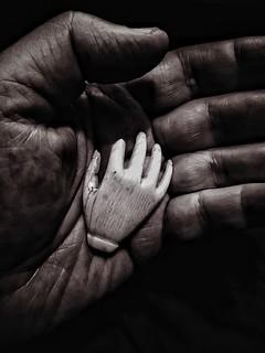 Hand in hand / Mano en mano / De main en main