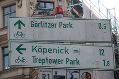672 Falckensteinstraße (Alte Wilde Korkmännchen) Tags: joyfoxstreetyogastreetartkorkmännchencorklittlepeopleberlin kreuzberg urbangardening