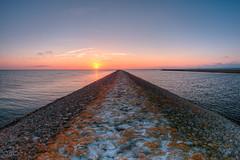 I walk the line (Thomas Heuck) Tags: lubmin greifswald damm levee sonnenuntergang sunset küste coast wasser water meer sea landschaft landscape