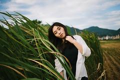 (Kevin .H) Tags: 台灣 台北 稻田 攝影 外拍 人像 雨傘 女孩 taiwan taipei girl photography canon 5d2 5dii 35mm film f14 f18